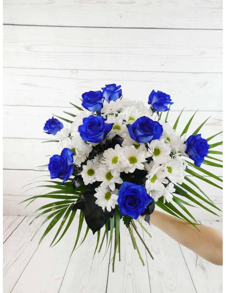 ramo de flores mixtas con rosas azules y margaritas blancas