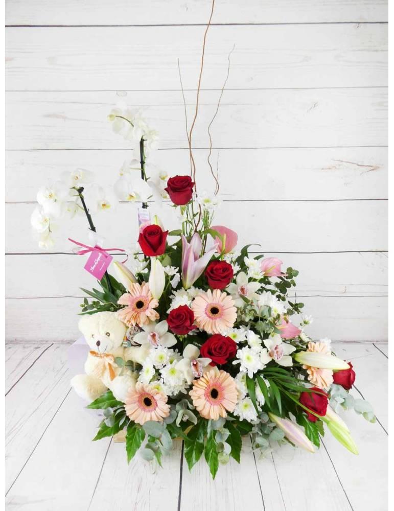 Caja compuesta por flores frescas y plantas de interior duraderas