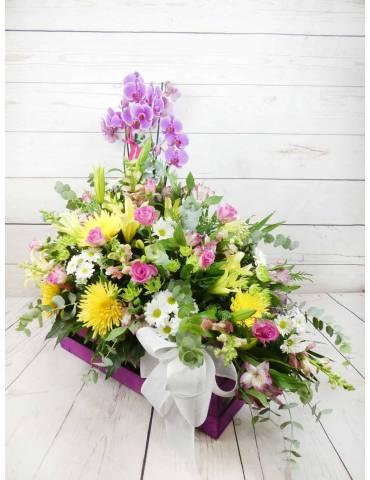 caja morada personalizada tamaño grande confeccionada con muchas flores frescas