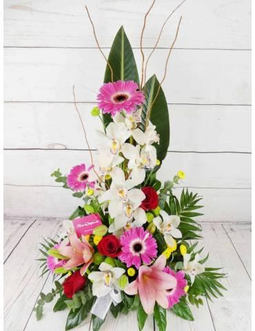 centro de flores frescas tono de color blanco y rosado