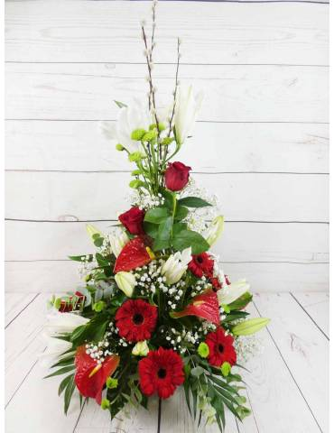 centro de flores rojas con ceramica