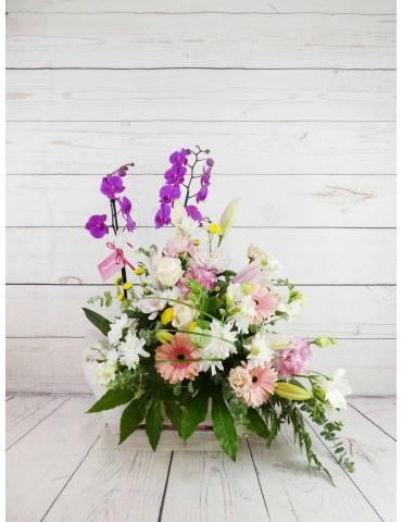 confección de Flores blancas combinadas con rosa claro y fucsia.