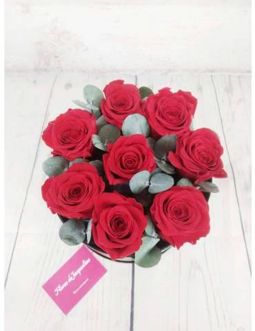 caja negra confeccionada con rosas rojas preservadas