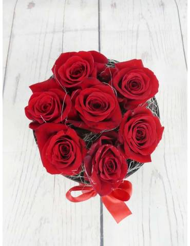 Caja negra con 7 rosas rojas para enamorados