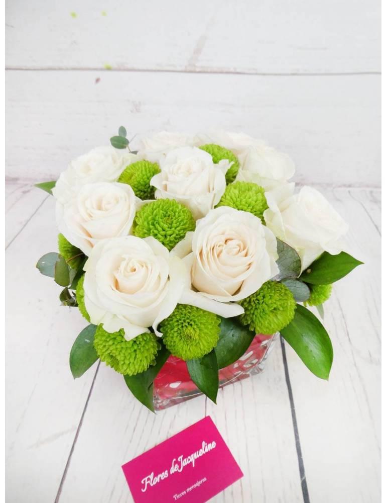 9 rosas blancas en base de cristal transparente