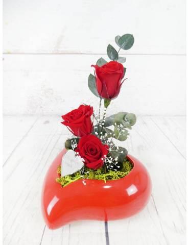 cerámica roja corazón con rosas rojas preservadas
