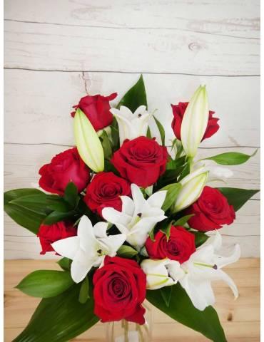rosas rojas y lilium blanco