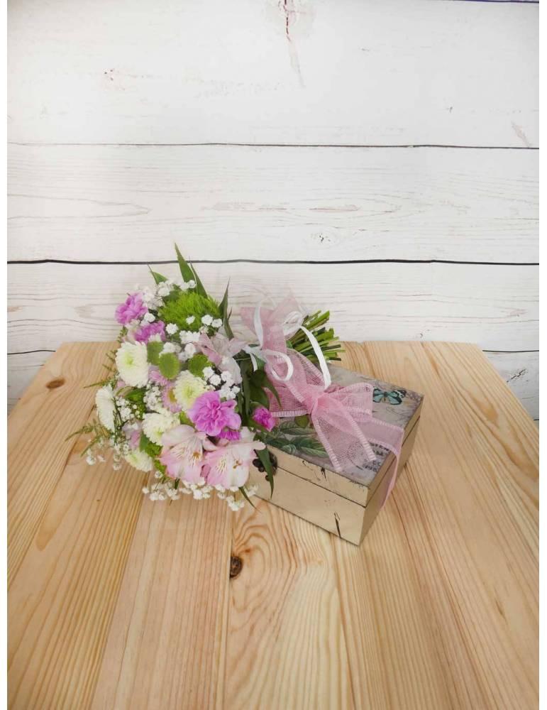 ramo de flores y caja de madera con flores