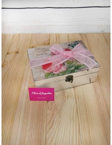 caja con flores frescas y ramillete